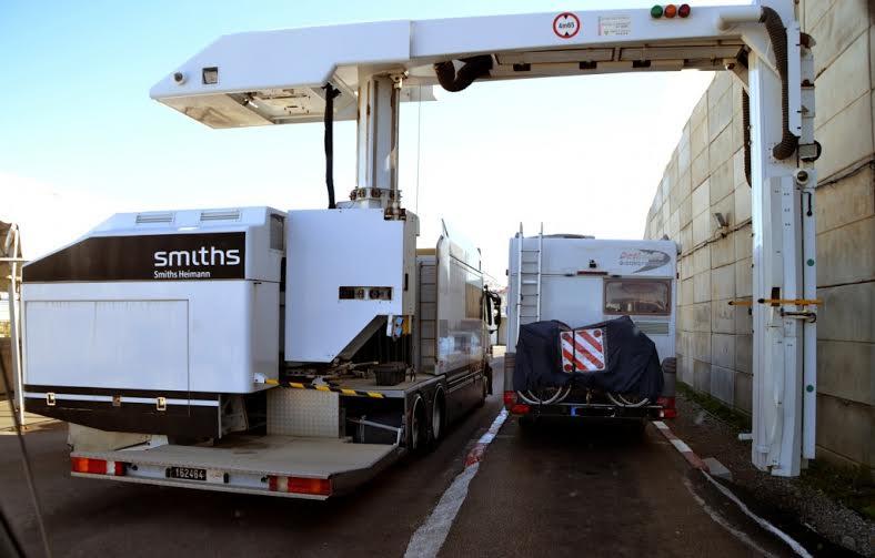 """طنجة: تعطيل جهاز """"السكانير"""" بالميناء المتوسطي يخلق ارتباكا في عمليات دخول وخروج الشاحنات"""
